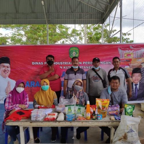 Muara Kaman - Disperindag Kab. Kukar Gelar Operasi Pasar barang kebutuhan pokok tahun 2021 di Desa Rantau Hempang Kecamatan Muara Kaman, Rabu (5/5)
